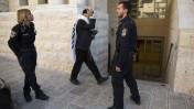 הכניסה לבית הכנסת קהילת-יעקב בהר-נוף שבירושלים, זירת פיגוע רצחני שביצעו אתמול שני מחבלים פלסטינים, 19.11.14 (צילום: יונתן זינדל)