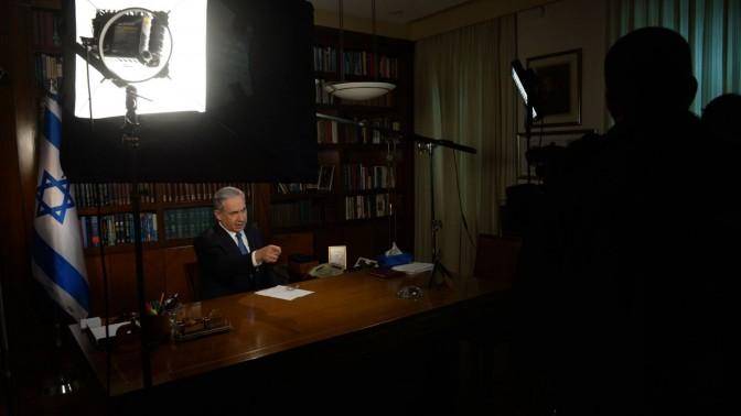 """ראש הממשלה בנימין נתניהו מתראיין לרשת טלוויזיה זרה ממשרדו שבירושלים, 23.11.14 (צילום: חיים צח, לע""""מ)"""