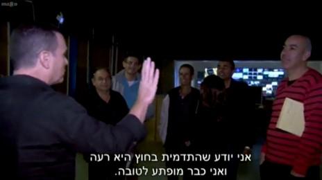 """יעקב אילון מופתע לטובה מעובדי ערוץ 1, """"עובדה"""", 29.12.14 (צילום מסך)"""
