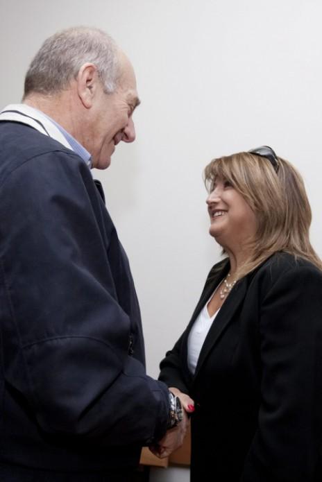 ראש הממשלה לשעבר אהוד אולמרט וראש לשכתו לשעבר שולה זקן בבית-המשפט, באחד ממשפטי השחיתות שבהם הואשמו, 22.3.10 (צילום: דוד ועקנין)