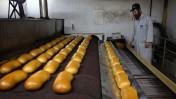לחם במחיר מפוקח על פס הייצור. מאפיית אנג'ל, ירושלים, 2010 (צילום: אביר סולטן)