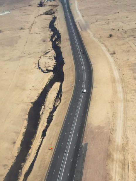 """מבט מן האוויר על דליפת הנפט מצינור קצא""""א בערבה, 4.12.14 (צילום: רשות הטבע והגנים)"""