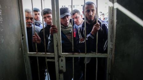 """עזתים בהלוויית פעיל חמאס שנהרג בתקיפת צה""""ל, 24.12.14 (צילום: עבד רחים ח'טיב)"""