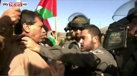 """שוטר מג""""ב אוחז בגרונו של זיאד אבו-עין, זמן קצר לפני מותו, 10.12.14 (צילום מסך: Sky News)"""