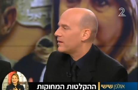 """גיא פלג מציג הקלטות של שולה זקן, """"אולפן שישי"""" של חדשות ערוץ 2, 12.12.14"""