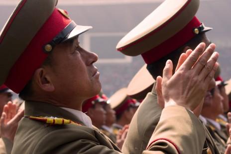 קצין בצבא צפון-קוריאה מריע לרודן קים ג'ונג און, פיונגיאנג, אפריל 2012