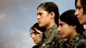 """לוחמות כורדיות בחזית דאע""""ש, מתוך סרטו של איתי אנגל (צילום מסך)"""