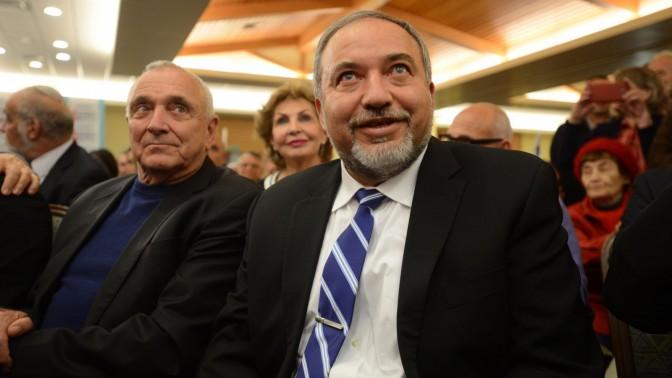 השר אביגדור ליברמן עם חבר מפלגתו יצחק אהרונוביץ', השר לבטחון פנים, בכנס מפלגתי. 30.12.14 (צילום: גילי יערי)