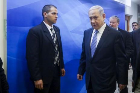 ראש ממשלת ישראל, בנימין נתניהו, בדרכו לישיבת ממשלה. ירושלים, 4.1.15 (צילום: מארק ישראל סלם)