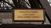 """""""מגדל אייפל יהיה סגור בשל המתקפה במגזין הסאטירי """"שרלי הבדו"""", שלט, פריז, ינואר 2015 (צילום: Kojin, שאטרסטוק)"""