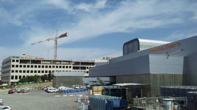 """בית הדפוס של """"ידיעות אחרונות"""" ומאחוריו בניין הקבוצה הנמצא בהקמה, איזור התעשייה ראשון לציון, 25.3.15 (צילום: אורן פרסיקו)"""