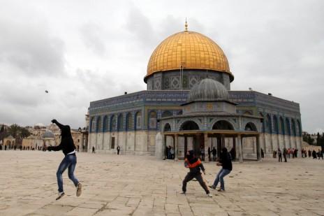 פלסטינים משליכים אבנים ברחבת מסגדי הר הבית. ירושלים, 6.12.13 (צילום: סלימאן חאדר)