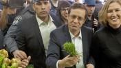 יצחק הרצוג וציפי לבני בשוק הכרמל בתל-אביב, 12.3.15 (צילום: אמיר לוי)