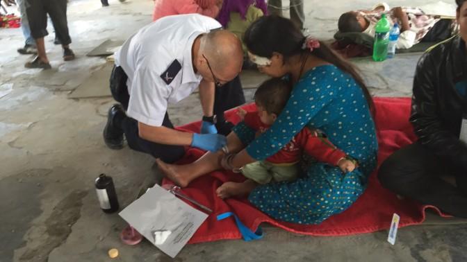 """נפגעי רעידת האדמה בנפאל מקבלים טיפול רפואי, קטמנדו, 27.4.15 (צילום: דוברות מד""""א)"""