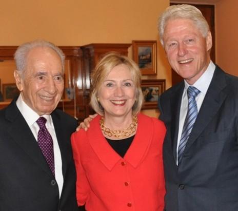 הילרי קלינטון עם בעלה, ביל קלינטון, ועם הנשיא הישראלי לשעבר שמעון פרס. יאלטה, 21.9.13 (צילום: בית הנשיא)