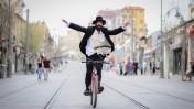 חרדי נוסע על אופניו בירושלים, 17.4.2015 (צילום: מנדי הכטמן)