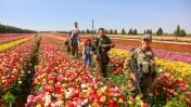 חיילים וילדים בשדות הפרחים של שדה יצחק, ליד הגבול עם רצועת עזה, 18.4.2015 (צילום: אדי ישראל)