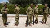 חיילים ישראלים בהכנות לטקסי יום הזיכרון. הר הזיתים, ירושלים, 21.4.15 (צילום: יונתן זינדל)