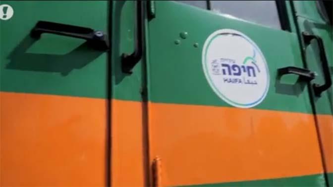 """משאית של עיריית חיפה בכניסה למפעל (צילום מסך: חדשות """"וואלה"""")"""
