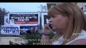 """היחצנית תמי שינקמן משוחחת עם אמנון מרנדה מאתר ynet, צילום מסך מהסרט """"הרצוג"""""""