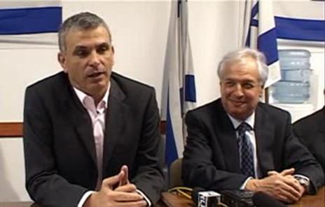 איש העסקים שאול אלוביץ' (מימין) עם שר התקשורת דאז משה כחלון, במעמד ההודעה על רכישת השליטה בבזק על-ידי אלוביץ' (צילום מסך)