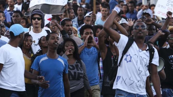 יהודים יוצאי אתיופיה מפגינים מול המטה הארצי של המשטרה בירושלים, 30.4.15 (צילום: הדס פרוש)