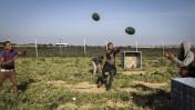 צעירים פלסטינים משחקים במקשת אבטיחים. דרום רצועת עזה, 9.5.15 (צילום: עבד רחים חטיב)