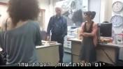 """עורך """"ישראל היום"""" עמוס רגב עם שחר כהן, מגישת התביעה, באירוע שתיעודו הוביל לפיטורים (צילום מסך)"""
