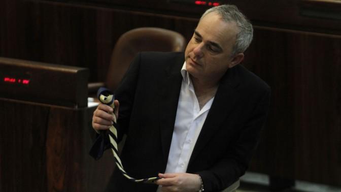 שר האנרגיה, יובל שטייניץ, בוחן עניבה. מליאת הכנסת, 2011 (צילום: מרים אלסטר)