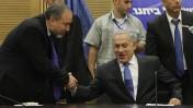 אביגדור ליברמן לוחץ את ידו של בנימין נתניהו, בתקופה שבה איחדו חלקית את סיעותיהם. הכנסת, 14.10.13 (צילום: מרים אלסטר)