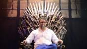 """אורן חזן על העתק של כס המלכות מהסדרה """"משחקי הכס"""", ימים אחדים לאחר השבעתו לכהונה כחבר-כנסת (צילום: תומר נויברג)"""