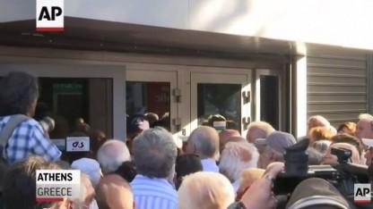 תור בכניסה לבנק יווני (צילום מסך)