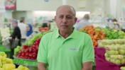 """רומן אירמייב, מנהל מחלקת ירקות במרכול """"מגה"""", בפרסומת הקוראת לציבור לשוב ולפקוד את סניפי הרשת הנתונה בחובות עתק"""