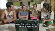 """מני אסייג, המגלם את אביו שלום אסייג (שני משמאל) ועופר שכטר המגלם את """"גידי הפריזר"""" (שני מימין), מתוך הסדרה """"שנות ה-80"""" (צילום מסך)"""