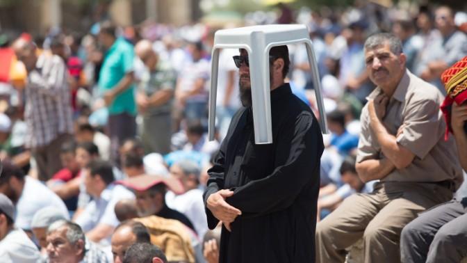 מוסלמים שהתאספו מול כיפת הסלע בירושלים לרגל חג הרמדאן, 3.7.15 (צילום: מואת אל-חטיב)