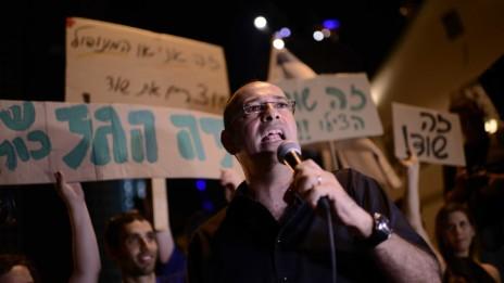 ירון זליכה נואם בפני המפגינים נגד מתווה הגז. תל-אביב, 4.7.15 (צילום: תומר נויברג)