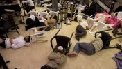 יהודים ישנים בין קריאת קינות על חורבן המקדש, ליד הכותל המערבי בירושלים, לפנות בוקר (צילום: יהונתן זינדל)