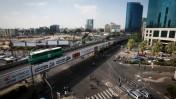 """גשר """"מעריב"""", המיועד להריסה במסגרת העבודות על הרכבת הקלה בתל-אביב, 10.8.15 (צילום: מרים אלסטר)"""