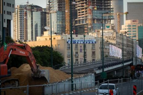 """גשר """"מעריב"""" בשלבי הריסה מוקדמים, 16.8.15 (צילום: מרים אלסטר)"""