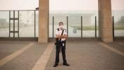 איש משמר הכנסת עומד בשעריה, 8.9.15 (צילום: הדס פרוש)