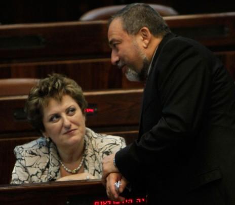 פאינה קירשנבאום עם אביגדור ליברמן במליאת הכנסת, 20.7.11 (צילום: מרים אלסטר)