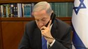 """ראש ממשלת ישראל ושר התקשורת, בנימין נתניהו, משוחח בטלפון בלשכתו (צילום: עמוס בן-גרשום, לע""""מ)"""