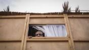 ישראלי משקיף מתוך סוכה. ירושלים, 27.9.15 (צילום: מרים אלסטר)