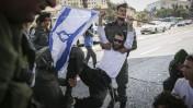 """שוטר מג""""ב מרים מפגין באירוע מחאה נגד פיגועים. ירושלים, 2.10.15 (צילום: הדס פרוש)"""