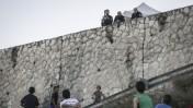 שוטרים ישראלים משקיפים על ילדים פלסטינים. הר הזיתים, 21.10.15 (צילום: הדס פרוש)