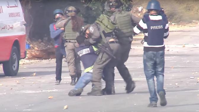 """שוטרי מג""""ב תוקפים עיתונאים, 30.10.15 (צילום מסך)"""