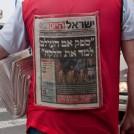 """מחלק עיתונים של """"ישראל היום"""" (צילום: הדס פרוש)"""