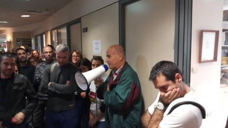 """העיתונאי משה ליכטמן נושא דברים בהפגנת עובדי """"גלובס"""" מול משרדי ההנהלה, 20.12.15 (צילום: נלחמים על גלובס)"""
