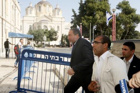 אביגדור ליברמן מגיע לבית-משפט השלום בירושלים, לדיון במשפט מינוי השגריר. 30.4.15 (צילום: מרים אלסטר)