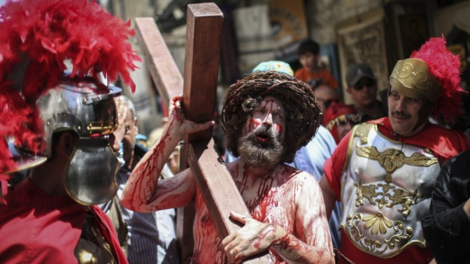 שחקן בדמות ישו הנוצרי בעיר העתיקה בירושלים, 18.4.14 (צילום: הדס פרוש)